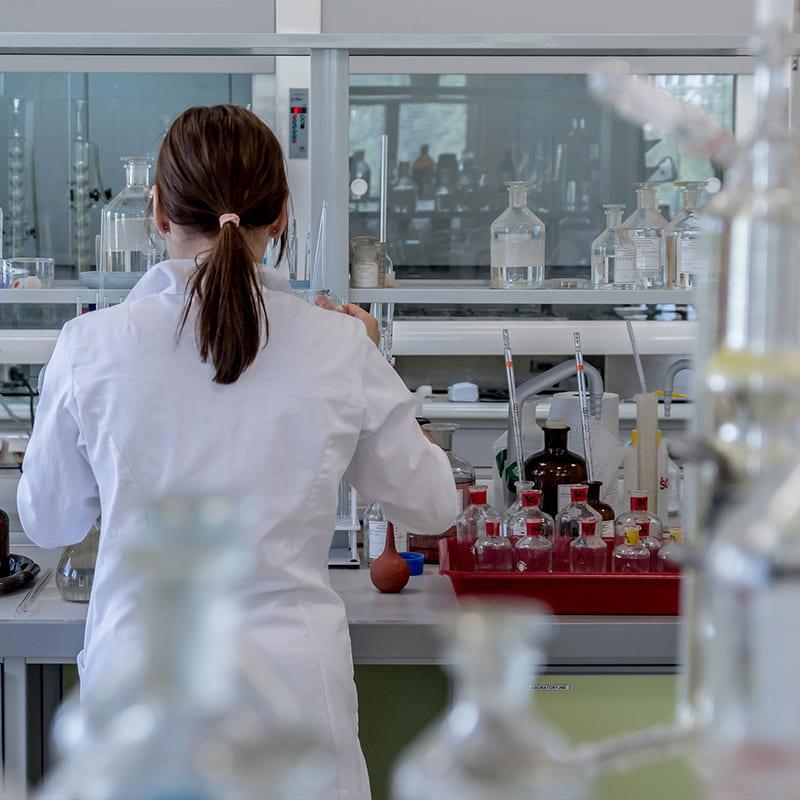 Laboratoire et femme scientifique