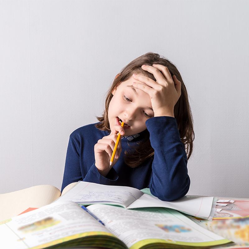 Petite fille, devoir, travail, troubles d'apprentissage